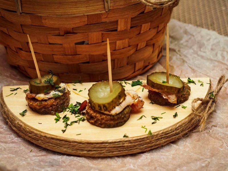 бутербродики с салом с солёным огурчиком