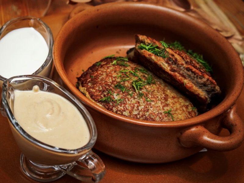 Колдуны «Вилейские» фаршированные свининой в горшочке с грибным соусом и сметаной