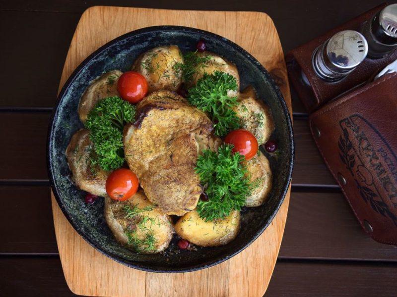Смаженина по-литвински с запеченным картофелем