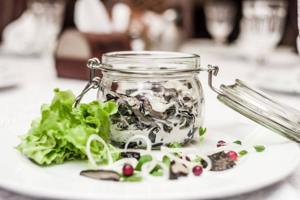 Солёные грузди с луком и сметаной. Скидка 10% в первую неделю зимнего меню
