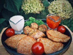 Ассорти из колбас с соусом и драниками