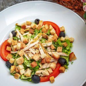 Салат с курицей и сырной заправкой